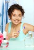 Lachende vrouw met tandenborstel stock foto's