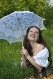 Lachende vrouw met witte paraplu Royalty-vrije Stock Foto's