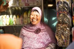 Lachende vrouw Moslim bij de markt, Toyopakeh, Nusa Penida 24 Juni 2015 Indonesië Stock Afbeelding