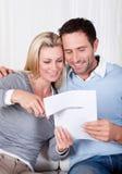 Lachende vrouw ongeveer om een document omhoog te snijden Stock Fotografie