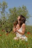 Lachende vrouw op gebied Stock Foto
