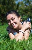 Lachende vrouw op het gras Royalty-vrije Stock Foto