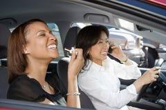Lachende vrouwen in auto. Royalty-vrije Stock Afbeeldingen