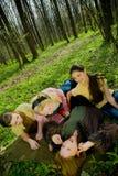 Lachende vrouwen in bos Royalty-vrije Stock Fotografie