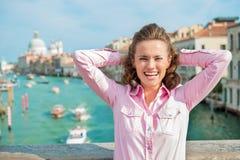Lachende vrouwentoerist met handen achter haar hoofd in Venetië Royalty-vrije Stock Fotografie