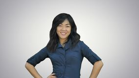 Lachende werfende Blätter Papier des schönen asiatischen Mädchens auf weißem Hintergrund stock video
