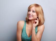 Lachende zufällige junge blonde Frau, die oben schaut Gesicht der Frau Stockfotografie