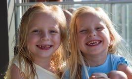 Lachende Zwillinge Stockbild
