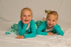Lachende Zwillinge Stockfoto