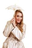 Lachender blonder Jugendlicher mit Spitzeregenschirm Lizenzfreie Stockbilder