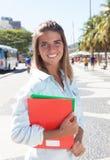 Lachender blonder Student in der Stadt Stockfotografie