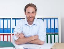 Lachender deutscher Geschäftsmann im Büro Lizenzfreies Stockfoto