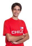 Lachender Fan von Chile mit den gekreuzten Armen Lizenzfreie Stockfotos