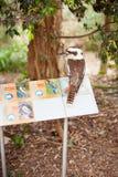 Lachender Hans-Vogel auf einem Zeichen Lizenzfreie Stockbilder