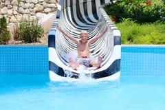 Lachender Junge, der Tag im aquapark genießt Lizenzfreie Stockfotografie