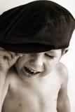 Lachender Junge im Hut Stockfotos