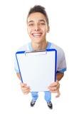 Lachender junger Doktor, der leeres Klemmbrett zeigt Stockbilder