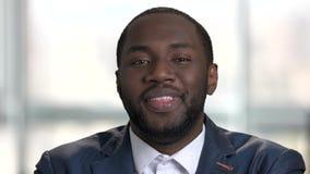 Lachender junger schwarzer Geschäftsmann stock footage