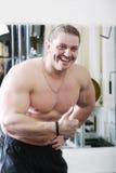 Lachender Kerl in der Gymnastik lizenzfreies stockfoto