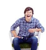 Lachender Kerl im Lehnsessel Lizenzfreies Stockfoto