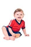 Lachender kleiner Junge mit Plätzchen in der Hand Lizenzfreies Stockfoto