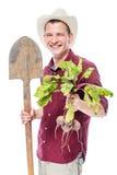 Lachender Landwirt mit einer Schaufel und eine rote Rübe ernten auf einem Weiß Lizenzfreie Stockfotografie