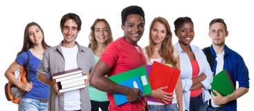 Lachender männlicher Student des Afroamerikaners mit Gruppe Studenten stockbild