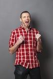 Lachender Mann 40s, der nach Sieg schreit Stockfotos
