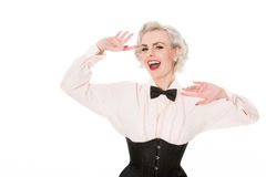 Lachender Retro- burlesque Tänzer in der Fliege, im gekräuselten Hemd u. in den Herzen Stockfotografie
