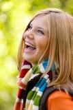 Lachender sorgloser Herbst der blonden Natur des jungen Mädchens Stockfotografie