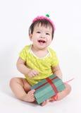 Lachender tragender Parteihut des Babys Lizenzfreies Stockfoto