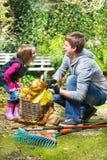 Lachender Vater und Tochter lizenzfreie stockbilder