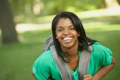 Lachender weiblicher Kursteilnehmer des Afroamerikaners Stockfotos