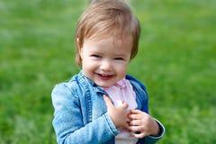 Lachendes Baby, das draußen geht Lizenzfreie Stockfotografie