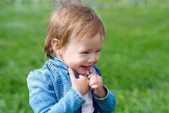 Lachendes Baby, das draußen geht Lizenzfreie Stockfotos
