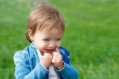 Lachendes Baby, das draußen geht Lizenzfreies Stockbild