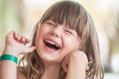 Lachendes blondes kaukasisches kleines Mädchen, Nahaufnahme Lizenzfreie Stockfotografie