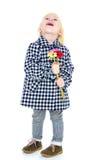Lachendes blondes kleines Mädchen mit einem Blumenstrauß von Lizenzfreie Stockfotos