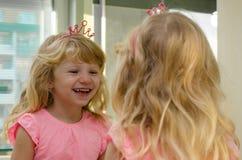Lachendes blondes Mädchen Lizenzfreie Stockfotos