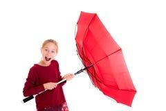 Lachendes blondes Mädchen mit rotem Regenschirm Lizenzfreies Stockbild