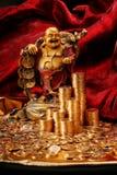 Lachendes Budda mit goldenen Münzen Stockbilder