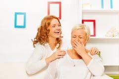 Lachendes Erwachsener dauthger und granmother Stockfotografie