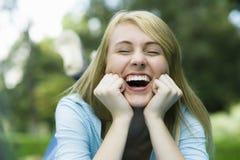 Lachendes jugendlich Mädchen lizenzfreies stockbild