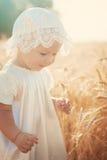 Lachendes Kind auf dem sonnigen Weizengebiet Lizenzfreies Stockfoto