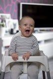 Lachendes kleines Baby, das Kamera betrachtet Lizenzfreies Stockbild
