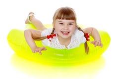 Lachendes kleines blondes Mädchen Stockfoto