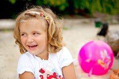 Lachendes kleines Mädchen Stockfoto