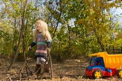 Lachendes kleines Mädchen, das den Spaß draußen spielt hat Stockfotos