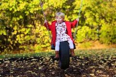 Lachendes kleines Mädchen, das im Park spielt Stockbilder