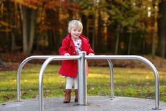 Lachendes kleines Mädchen, das im Park spielt Lizenzfreies Stockbild